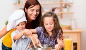 Una madre cocinando con sus hijos