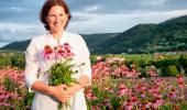 Mujer en el campo recogiendo flores de equinácea