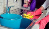 Mujer limpiando el fregadero de la cocina
