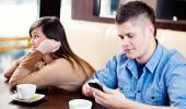 Un joven consulta su 'smartphone' mientras su novia se aburre
