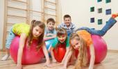 Niños haciendo ejercicio en el gimnasio