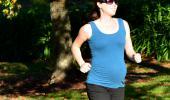 Mujer embarazada corriendo en el parque