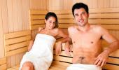 Pareja disfrutando de una sauna