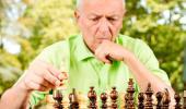 Un hombre mayor juega al ajedrez