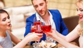 Amigos brindando con copas de vino tinto
