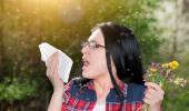 Mujer alérgica estornudando