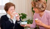 Anciana con catarro se suena la nariz