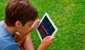 Un niño consulta una tablet