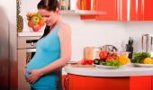 Mujer embarazada en la cocina