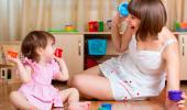 Una mamá juega con su bebé utilizando piezas de colores
