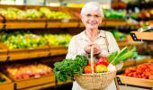 Mujer posmenopáusica comprando fruta y verdura