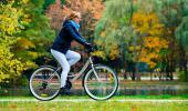 Mujer montando en bicicleta