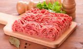 Carne picada sobre una tabla en la cocina