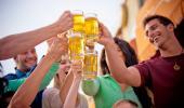 Grupo de personas brinda con jarras de cerveza