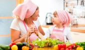 Madre e hija cocinando de forma saludable