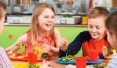 Niños en el comedor de un colegio