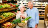 Una pareja mayor haciendo la compra