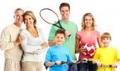 Grupo de personas de distintas edades muestran equipamiento deportivo