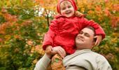 Un hombre sujeta a su hija sobre su hombro