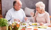 Pareja mayor comiendo alimentos de la dieta mediterranea