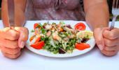 Una mujer se dispone a comer una ensalada