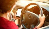 Así se distrae tu cerebro cuando usas el móvil mientras conduces