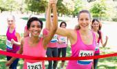 Dos mujeres llegan a la meta tras correr una carrera