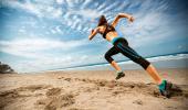 Una mujer corre en una playa