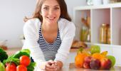 Mujer toma verduras y frutas a diario