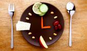 Reloj hecho con un plato y comida