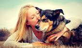 Una mujer abraza con cariño a su perro