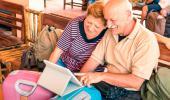 Una pareja de mayores consulta una tablet