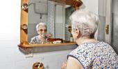 Mujer con Parkinson lavándose los dientes