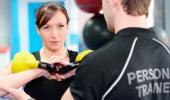 Una mujer realiza ejercicio bajo las indicaciones de un entrenador personal