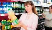 Mujer comprando refresco light