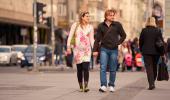 Mujer embarazada y su pareja pasean por la ciudad