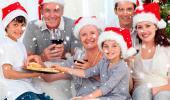 Una familia brindando por la Navidad