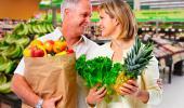 Pareja comprando fruta en abundancia