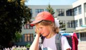 Una niña llora camino del colegio
