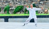 Anciano practicando taichí