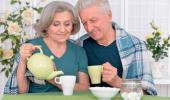 Pareja mayor tomando té