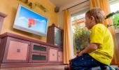 Un niño pequeño se queda absorto viendo la televisión