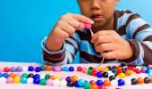 Un niño con TDAH realiza trabajos manuales
