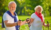 Una pareja de mayores pasea por el campo