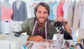 Hombre con perro en su taller de costura