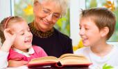 Una abuela 'au pair' lee un libro con sus 'nietos'