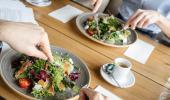 Dos mujeres comen en un restaurante