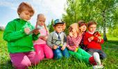 Niños aprendiendo al aire libre