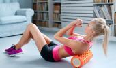 Chica entrenándose con un foam roller