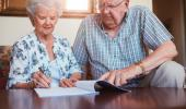 Personas mayores firmando testamento